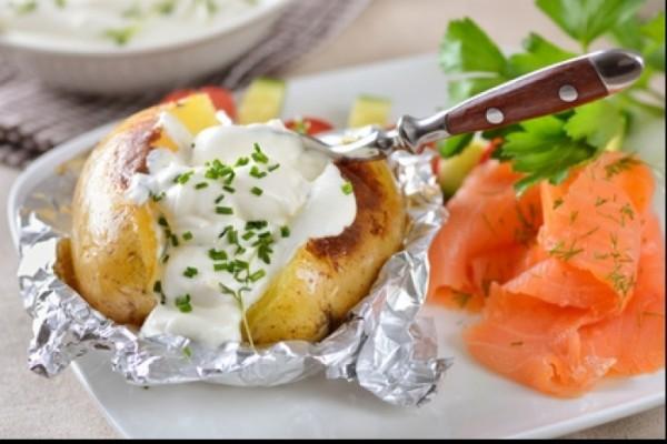recette-e21427-pommes-de-terre-a-la-cendre-sauce-yaourt-et-saumon-fume