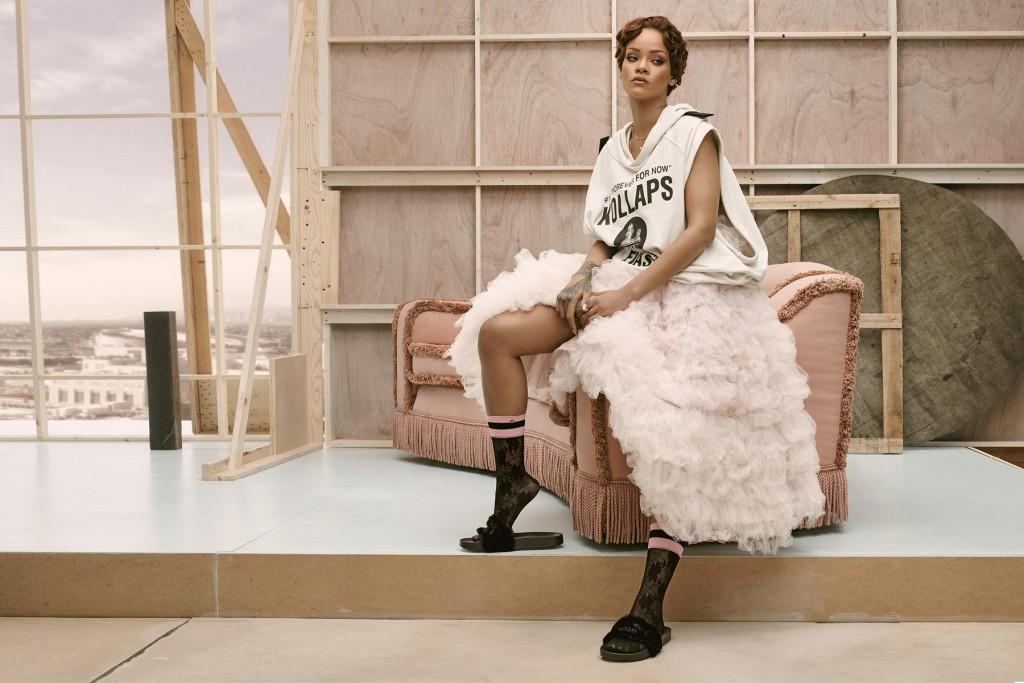rihanna-pose-avec-sa-nouvelle-collection-de-chaussettes-fenty-pour-stance